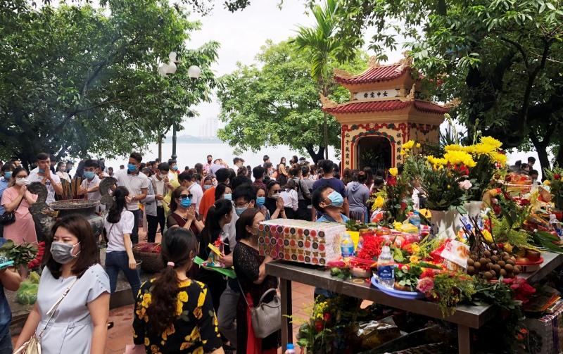 Phủ Tây Hồ quá tải người đến lễ bái trong ngày 1-7 âm lịch.