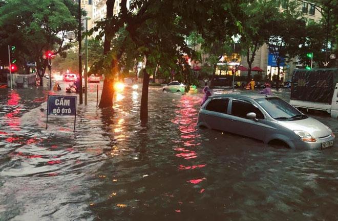 Mưa lớn gây ngập nhiều tuyến phố tại Hà Nội. Ảnh chụp chiều tối 17-8.