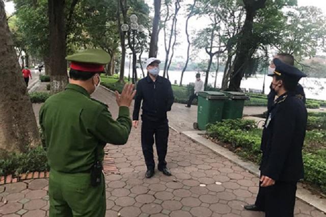 Các lực lượng chức năng nhắc nhở người dân đeo khẩu trang ở nơi công cộng và hạn chế tiếp xúc, giữ khoảng cách an toàn tối thiểu là 2m.