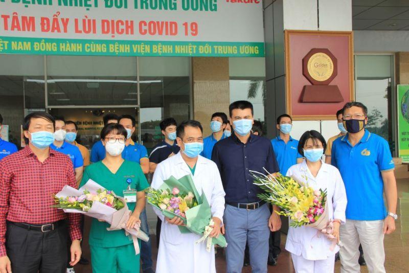 Các y, bác sĩ trong tổ y tế của BV Nhiệt đới TƯ tham gia chuyến bay đón công dân về nước.