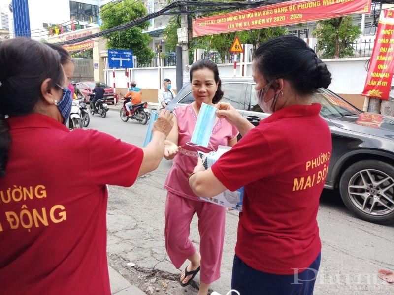 Cán bộ hội viên phụ nữ phường Mai Động phát khẩu trang cho người dân