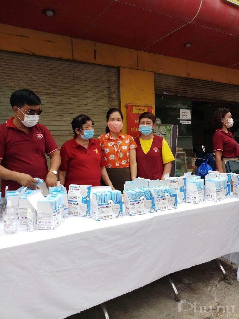 Trong đợt 2 phòng dịch Covid -19, Hội PN đã phát 2.000 khẩu trang y tế miễn phí cho người dân