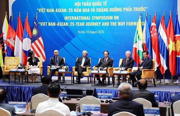 Các đại biểu, chuyên gia dự phiên thứ nhất với nội dung ASEAN-Việt Nam: 25 năm qua và chặng đường phía trước. (Ảnh: Lâm Khánh/TTXVN)