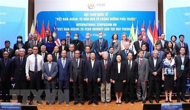 Phó Thủ tướng, Bộ trưởng Bộ Ngoại giao Phạm Bình Minh và các đại biểu dự hội thảo. (Ảnh: Lâm Khánh/TTXVN)