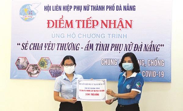 Hội LHPN thành phố Đà Nẵng tiếp nhận số tiền ủng hộ 100 triệu đồng của cán bộ, hội viên phụ nữ Thủ đô.