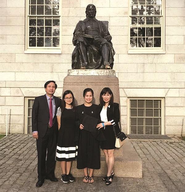 Gia đình bác sĩ Hà, hai cô con gái đang học tại Havard