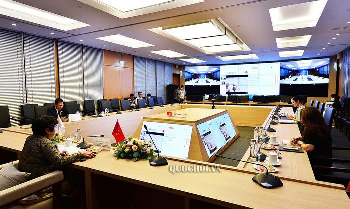 Chủ nhiệm Uỷ ban Về các vấn đề xã hội Nguyễn Thuý Anh tham dự Hội nghị trực tuyến điểm cầu tại Việt Nam. Ảnh: quochoi.vn