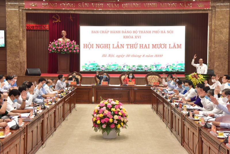 Các đại biểu biểu quyết thông qua chương trình Hội nghị lần thứ hai mươi lăm Ban Chấp hành Đảng bộ thành phố Hà Nội khoá XVI.