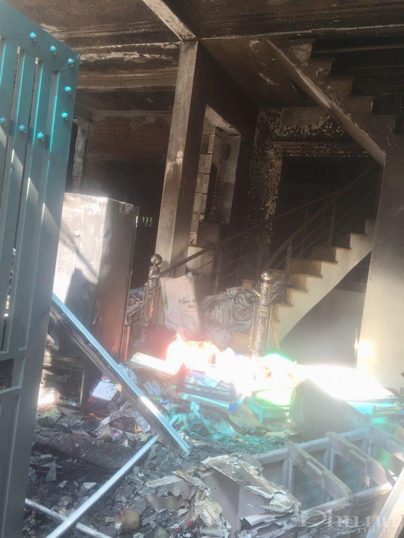 Do các vật dụng trong cửa hàng dễ cháy nên cửa hàng sách và nhà  của gia đình chị  Đỗ Thị Tâm Chính sát đó đã bị cháy thiêu rụi toàn bộ tài
