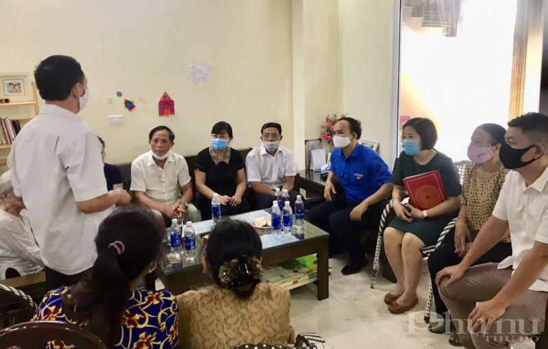 Hội LHPN quận, phường cùng các đoàn thể, chính quyền đến thăm hỏi chia sẻ với gia đình chị Đỗ Thị Tâm Chính sau khi hỏa hoạn xảy ra