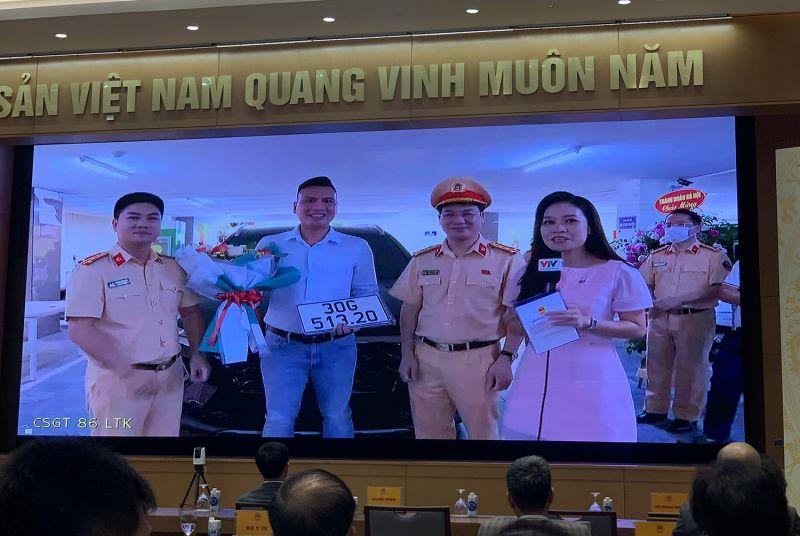 Phòng CSGT Hà Nội trao biển số ô tô cho anh Nguyễn Việt Hưng - công dân đầu tiên thực hiện thành công dịch vụ công thứ 1.000 trên Cổng DVCQG