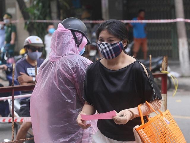 Người dân Đà Nẵng chấp hành quy định chia tần suất đi chợ.