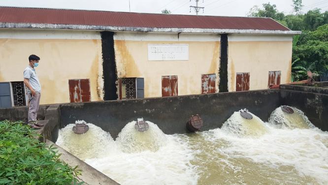 Công ty TNHH một thành viên Thủy lợi sông Tích vận hành trạm bơm tiêu úng cho 128ha sản xuất nông nghiệp trên địa bàn huyện Thạch Thất.