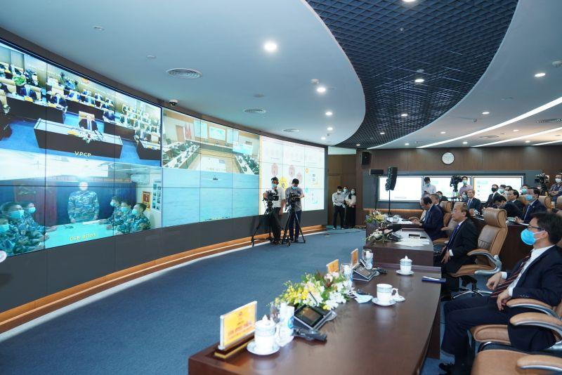 Thủ tướng Nguyễn Xuân Phúc nghe báo cáo từ tàu cảnh sát biển 8003 - Ảnh: VGP/Quang Hiếu
