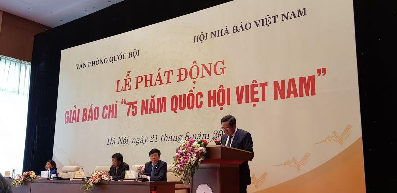 Đồng chí Thuận Hữu, Ủy viên BCH Trung ương Đảng, Tổng Biên tập Báo Nhân dân, Phó Trưởng ban Tuyên giáo Trung ương, Chủ tịch Hội Nhà báo Việt Nam, Đồng Trưởng ban Chỉ đạo Giải báo chí phát biểu tại buổi lễ