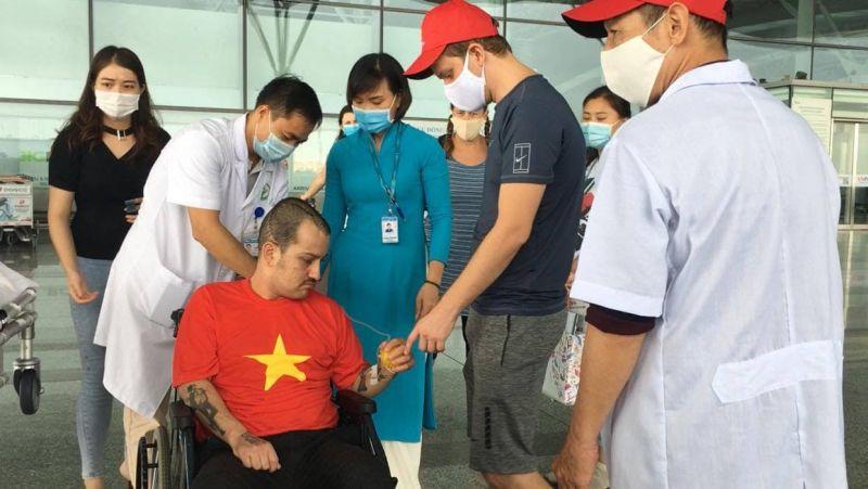 Các y bác sĩ và bạn bè chúc mừng bệnh nhân J xuất viện trở về nước.