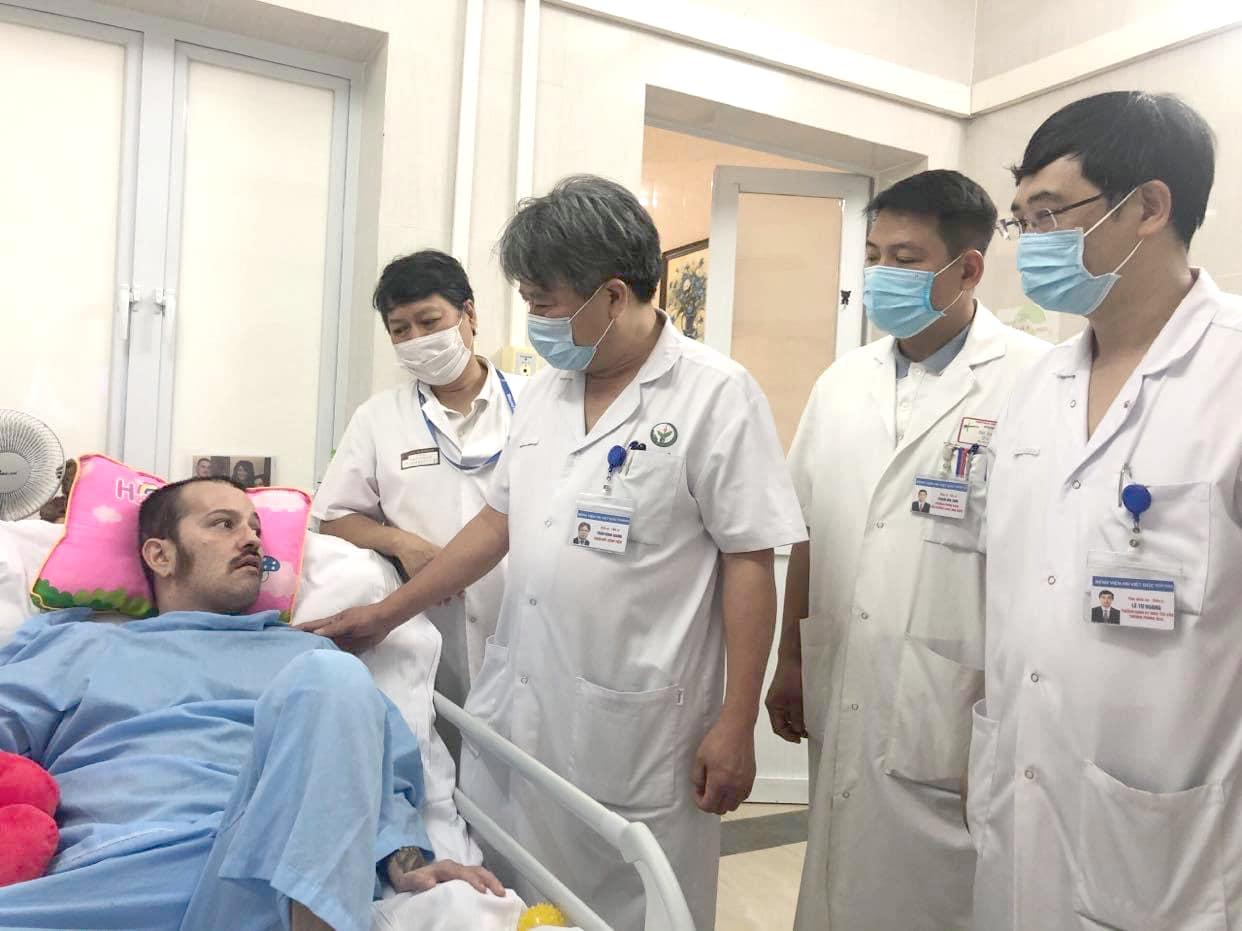 Y bác sĩ bệnh viện Việt Đức thăm hỏi bệnh nhân J trong quá trình điều trị tại bệnh viện.