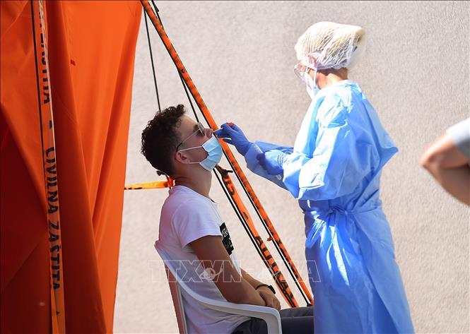 Nhân viên y tế lấy mẫu xét nghiệm COVID-19 tại Sibenik, Croatia ngày 20/8. Ảnh: THX/TTXVN
