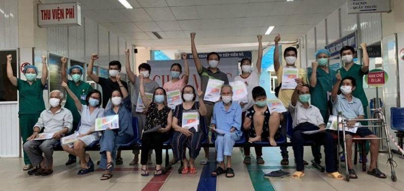 Các bệnh nhân mắc Covid-19 điều trị tại BV Dã chiến Hòa Vang vui mừng khi được công bố khỏi bệnh.