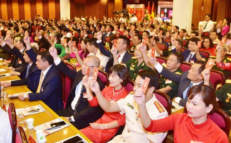 Các đại biểu biểu quyết thông qua danh sách nhân sự bầu Ban Chấp hành Đại hội đại biểu lần thứ XXVI (nhiệm kỳ 2020-2025) Đảng bộ quận Ba Đình, ngày 3-6-2020. Ảnh: Viết Thành
