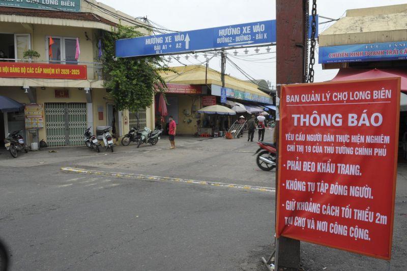 Nhiều biện pháp phòng, chống dịch bệnh đã được thực hiện đảm bảo cho hàng trăm lượt người, phương tiện đến mua bán hàng ngày tại chợ Long Biên