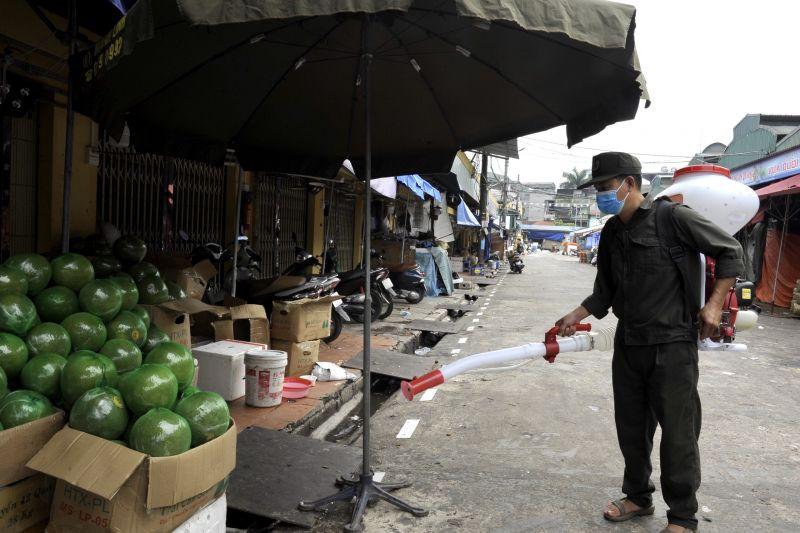 Việc phun khử khuẩn xung quanh chợ được thực hiện từ 1 - 2 lần mỗi ngày