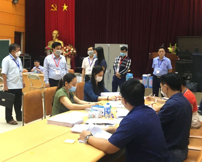 Thứ trưởng Bộ Giáo dục và Đào tạo Nguyễn Hữu Độ kiểm tra công tác chấm thi tốt nghiệp trung học phổ thông năm 2020 tại Hà Nội. Ảnh: Báo Hà Nội Mới