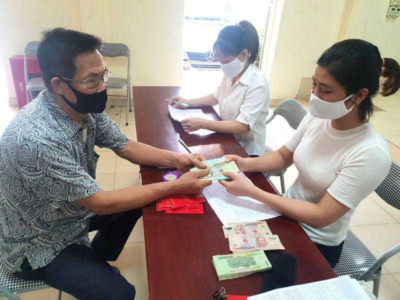 Trao kinh phí hỗ trợ an sinh xã hội cho người dân có hoàn cảnh khó khăn tại phường Phúc Diễn (quận Bắc Từ Liêm).