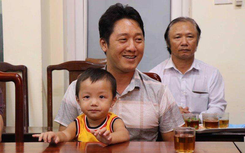 Cháu Nguyễn Cao Gia Bảo và bố.