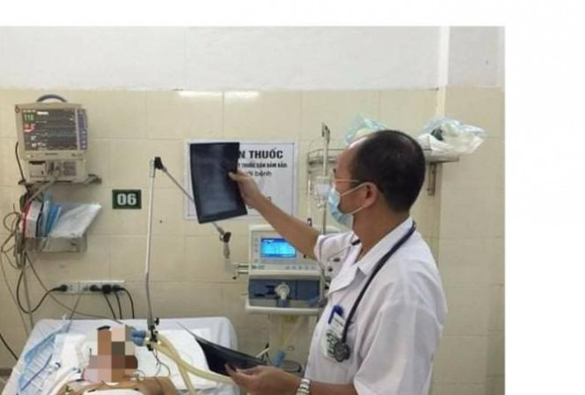 TS. Đỗ Duy Cường, Giám đốc Trung tâm Bệnh Nhiệt đới (BV Bạch Mai) đang điều trị ca SXH