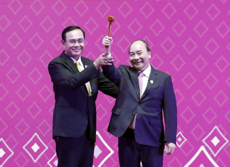 Thủ tướng Nguyễn Xuân Phúc nhận búa Chủ tịch ASEAN từ Thủ tướng Thái Lan Prayut Chan-o-cha.