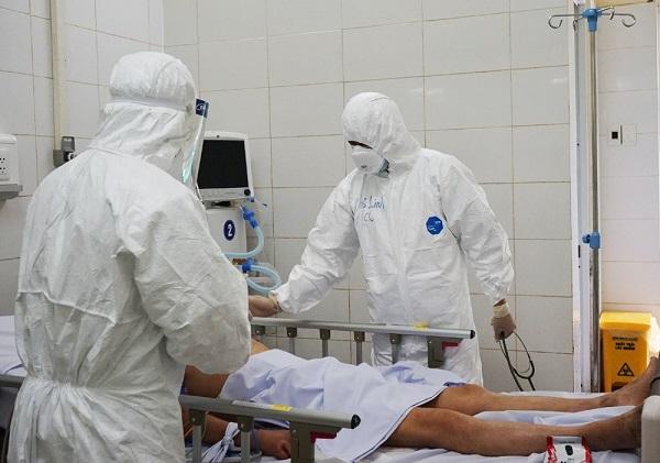 BS Trần Thanh Linh thăm khám cho các bệnh nhân mắc Covid-19 nặng đang điều trị tại Đà Nẵng.