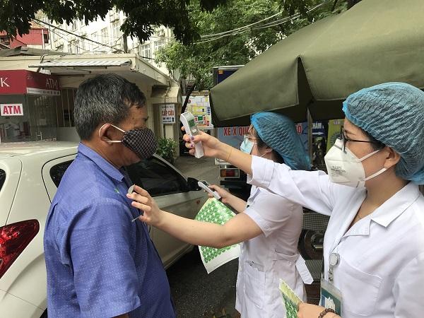 Người dân tới khám tại bệnh viện Phổi TƯ phải trải qua các bước sàng lọc, tuân thủ nghiêm quy định phòng, chống dịch Covid-19.