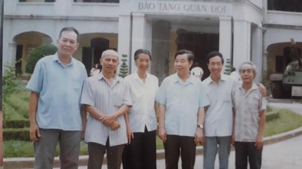Cụ Lê Đức Vân (thứ ba từ trái sang) cùng các đồng chí Đoàn thanh niên cứu quốc Thành Hoàng Diệu
