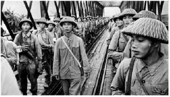 Hình ảnh một bài báo viết về Cách mạng tháng Tám của Việt Nam trên tờ Người Algeria yêu nước