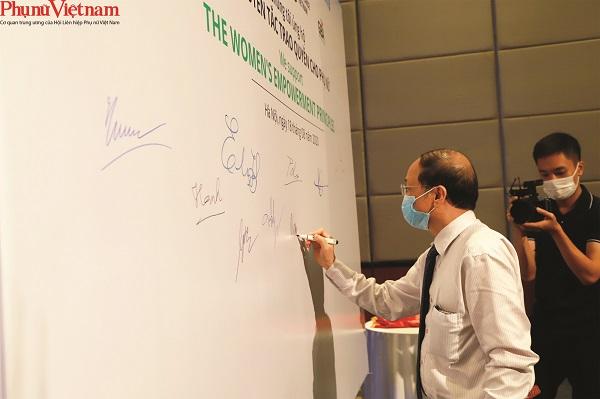 Ông Phạm Quốc Mạnh – Phó tổng giảm đốc Tập đoàn Phú Thái ký ủng hộ các Nguyên tắc trao quyền cho phụ nữ