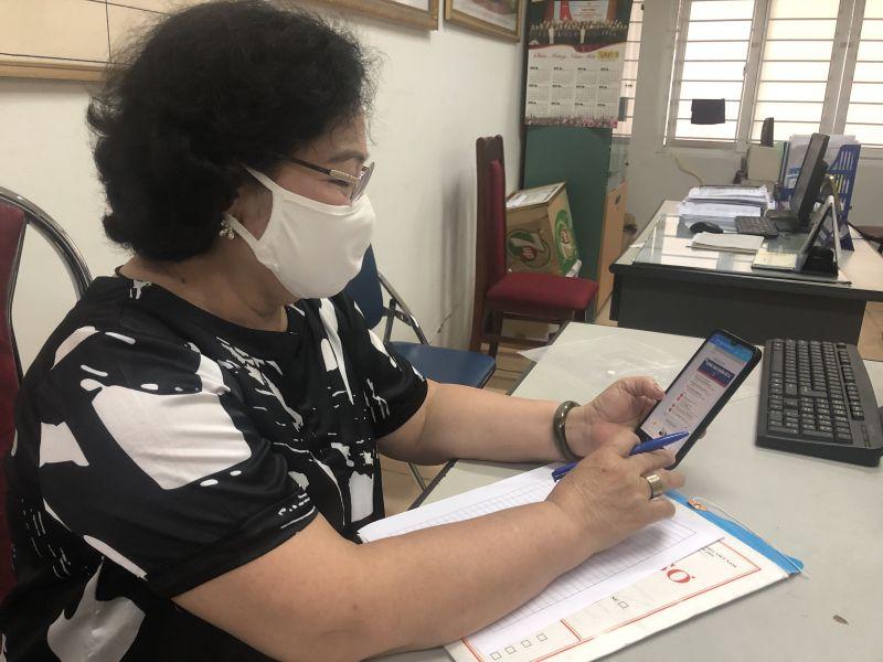 Bà Thúy đang kiểm tra tình hình phòng, chống dịch Covid-19 trên địa bàn phường Quan Hoa qua nhóm Zalo của phường