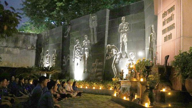 Sản phẩm du lịch đêm tại di tích Nhà tù Hỏa Lò (Hà Nội) mới ra mắt đã thu hút nhiều du khách tham gia trải nghiệm (ảnh chụp đầu tháng 7-2020).
