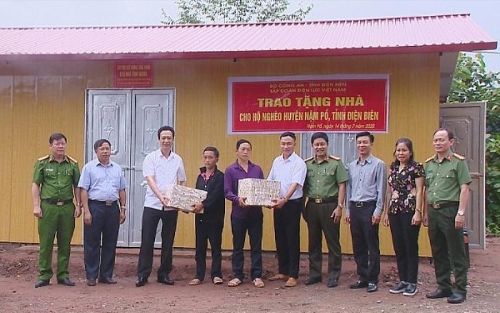Lãnh đạo Bộ Công an, Tập đoàn Điện lực Việt Nam và đại diện chính quyền bàn giao nhà cho gia đình anh Giàng A Chu, tại bản Nậm Thà Là, xã Pa Tần.