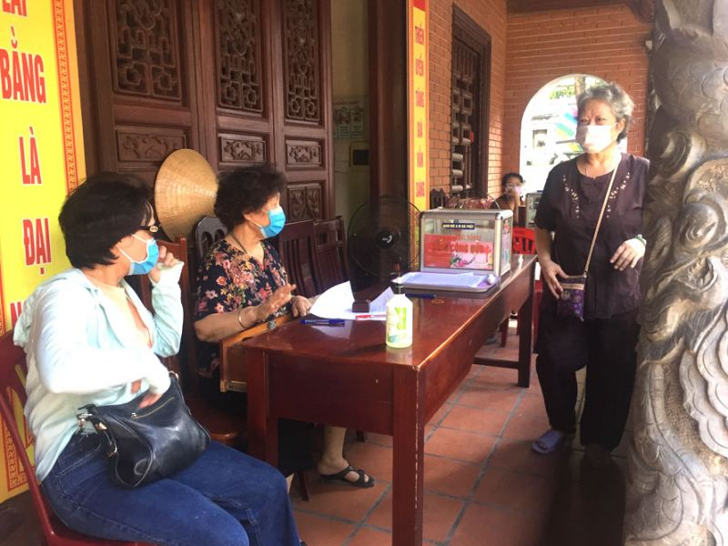 Người dân đi lễ tại chùa Hòe Nhai (quận Ba Đình) chấp hành nghiêm các quy định phòng, chống dịch Covid-19.