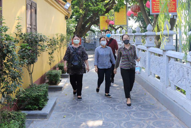 Người dân sử dụng khẩu trang khi đi lễ tại chùa Trấn Quốc (quận Tây Hồ). Ảnh: Đỗ Tâm