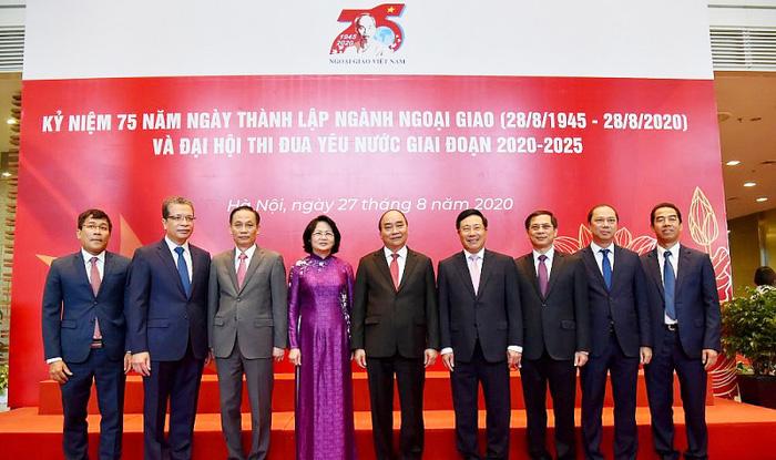 Thủ tướng Nguyễn Xuân Phúc, Phó Chủ tịch nước Đặng Thị Ngọc Thịnh cùng tập thể lãnh đạo Bộ Ngoại giao tại lễ Kỷ niệm 75 năm Ngày thành lập Ngành Ngoại giao Việt Nam (1945-2020)