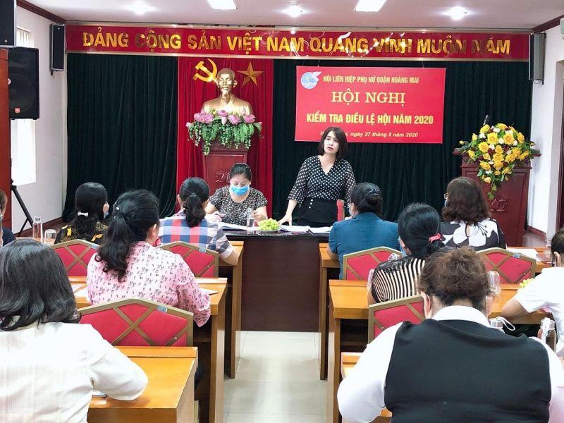 Đồng chí Nguyễn Lệ Hằng - Chủ tịch Hội LHPN quận Hoàng Mai phát biểu tại hội nghị