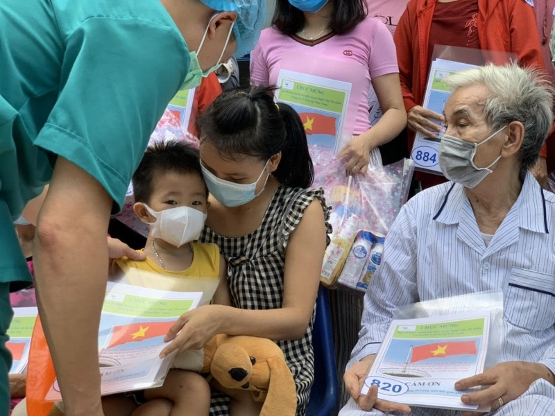 Bác sĩ trao công bố khỏi bệnh cho các bệnh nhân.