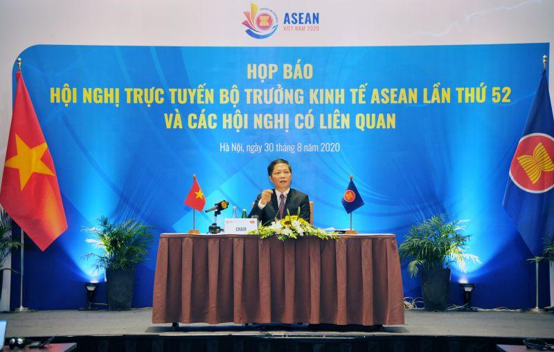 Bộ trưởng Cong Thương Trần Tuấn Anh chủ trì buổi họp báo sau khi kết thúc Hội nghị trực tuyến Bộ trưởng Kinh tế ASEAN lần thứ 52 và các hội nghị liên quan trong năm Việt Nam làm Chủ tịch ASEAN.