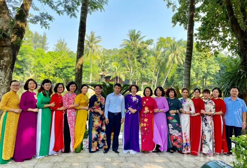 Đoàn cán bộ Hội LHPN Hà Nội chụp ảnh lưu niệm trong khuôn viên Khu di tích Chủ tịch Hồ Chí Minh.