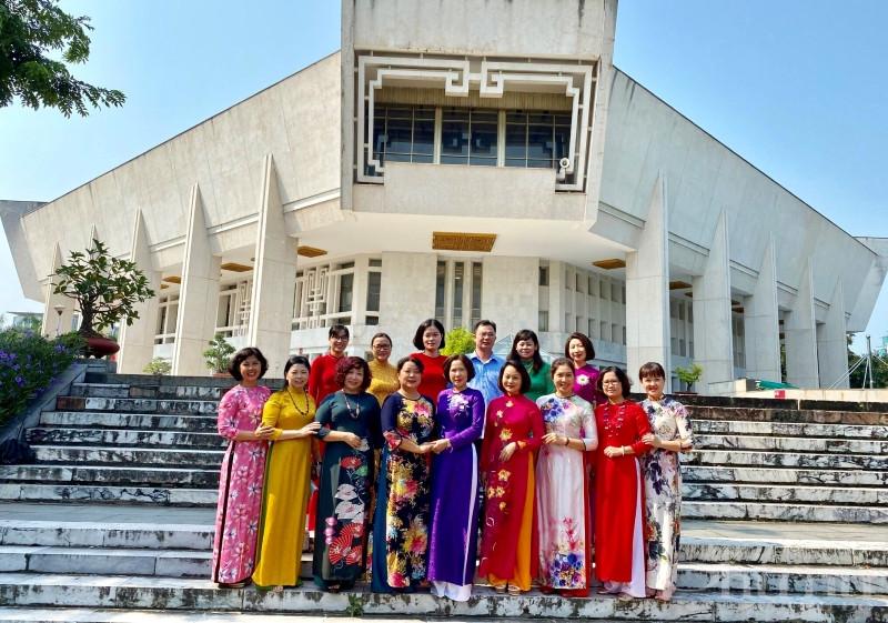 Cán bộ Hội LHPN Thủ đô chụp ảnh lưu niệm tại bảo tàng Hồ Chí Minh.