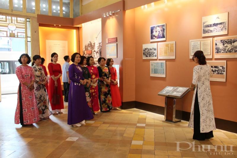 Cán bộ Hội LHPN Hà Nội nghe hướng dẫn viên giới thiệu các kỷ vật gắn liền với Chủ tịch Hồ Chí Minh được trưng bày tại tầng 1.