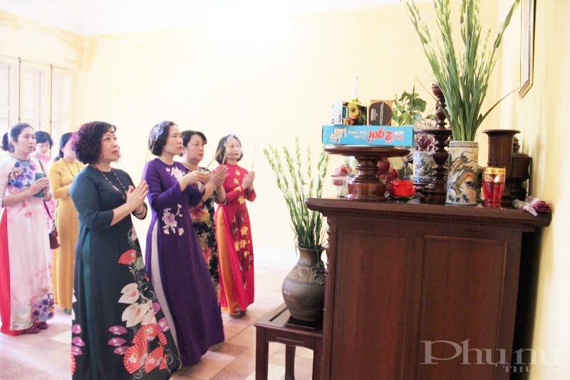 Đoàn cán bộ Hội LHPN Hà Nội thắp hương tưởng nhớ Chủ tịch Hồ Chí Minh tại di tích nhà 48 phố Hàng Ngang.