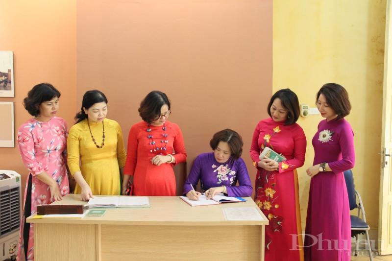 Chủ tịch Hội LHPN Hà Nội Lê Kim Anh xúc động ghi lại cảm tưởng khi tới thăm di tích nhà 48 phố Hàng Ngang.